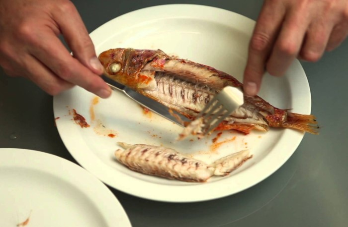 У китайцев принято сперва отделять верхнюю часть рыбы, затем скелет и лишь после этого переходить к нижнему слою  / Фото: dynamitenews.com