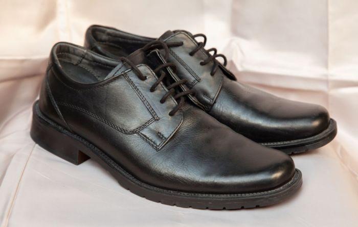 Швы на качественно выполненной обуви ровные и прочные / Фото: i.simpalsmedia.com