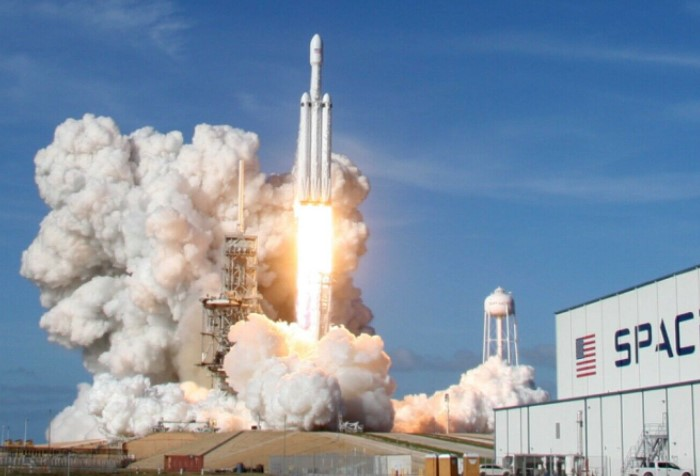 В 2018 году SpaceX запустила сверхтяжелую и самую мощную в мире ракету-носитель Falcon Heavy / Фото: i.ebayimg.com