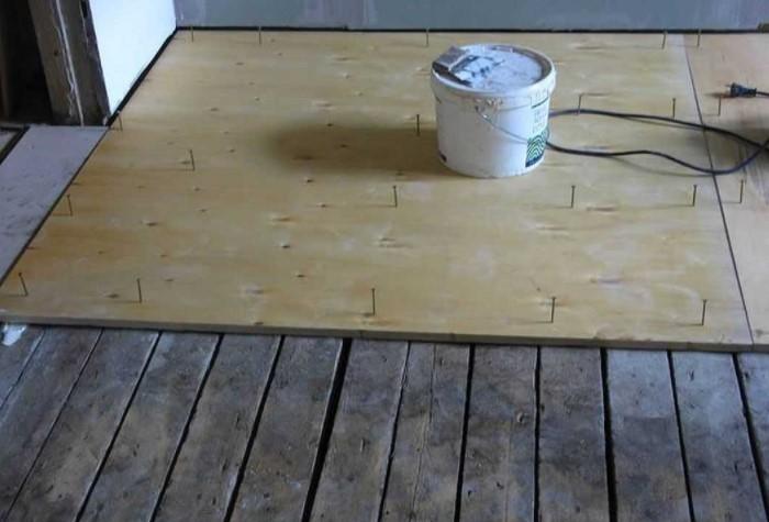 Фанерные листы толщиной более 10 мм укладываются поверх деревянной поверхности и крепятся саморезами / Фото: chudopol.ru