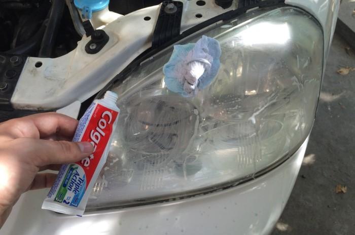 Отбеливающая зубная паста вернет блеск помутневшим фарам / Фото: avtopribambas.com