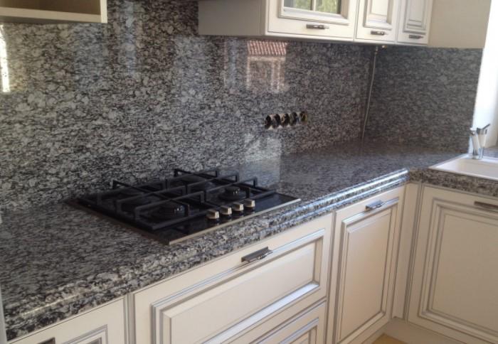 Хорошо смотрится кухонный фартук из натурального камня или его имитаций / Фото: metalstone.com.ua