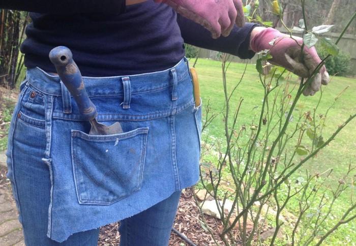 Из старых джинсов получится удобный фартук для разных видов работ / Фото: reddit.com