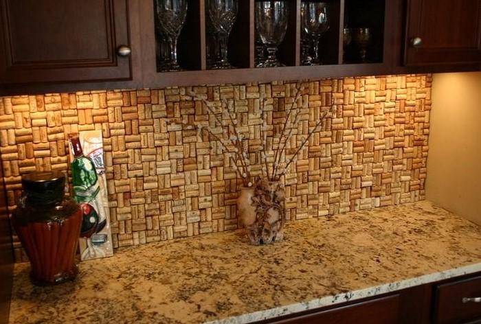 Пробки можно использовать и для украшения мебели, а не просто элементов декора / Фото: akuhnja.com