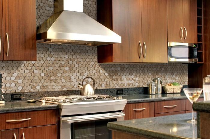 Аккуратно выделить материал поможет плитка нестандартной формы: ромбовидная, треугольная, в виде сердец и других фигур / Фото: cdn.thulahome.com