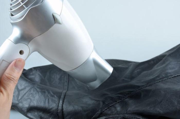 При помощи подручных средств и приборов можно быстро выровнять все складки на куртке