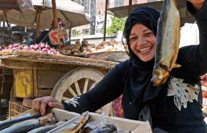 Фесикх продается даже в супермаркетах, однако покупать его стоит только у проверенных поставщиков / Фото: zahma.cairolive.com