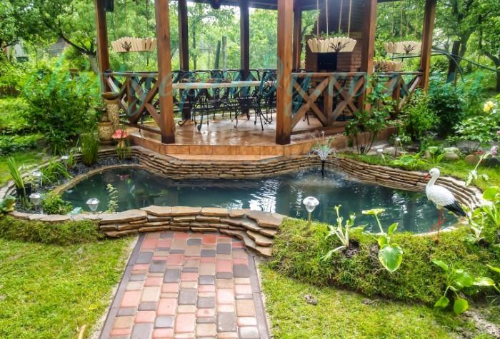 Сформируйте очертания с помощью бетона и украсьте водоем мозаикой или камнем / Фото: sledcomspb.ru