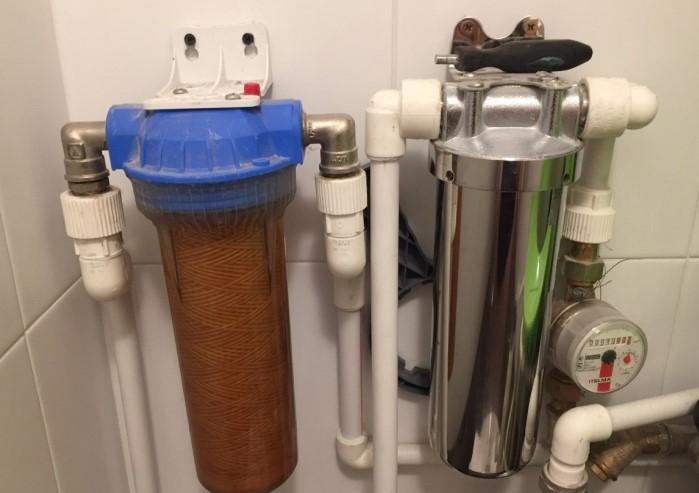 Чтобы избежать проблем с ржавой водой, установите фильтр / Фото: прорабофф.рф