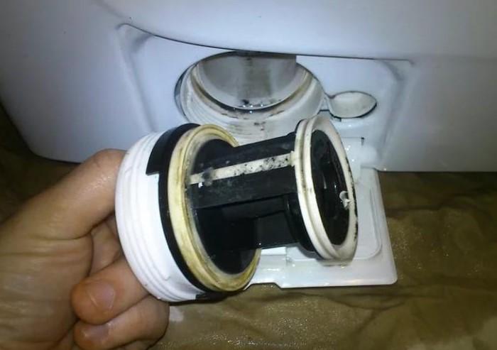 В фильтре скапливается мусор, который источает неприятный аромат / Фото: 100uslug.com