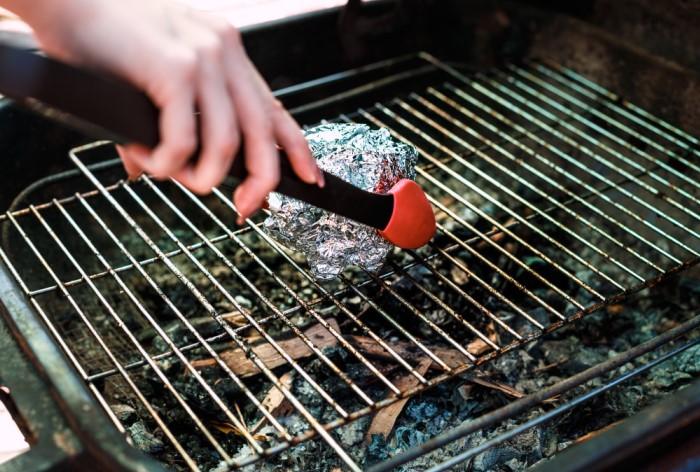 Гриль, мангал и шампуры следует очищать сразу после приготовления блюд