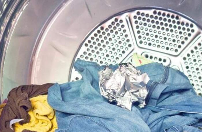 Шарик из фольги помешает одежде электризоваться / Фото: r5.mt.ru