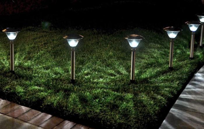 Наиболее эргономичный вариант - светильники, заряжающиеся от солнечных лучей / Фото: rehouz.info