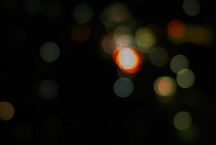 Мерцающие точки, светящиеся огоньки, яркие пятна и прочие мельтешащие объекты называются фосфенами / Фото: sensitivecontext.files.wordpress.com
