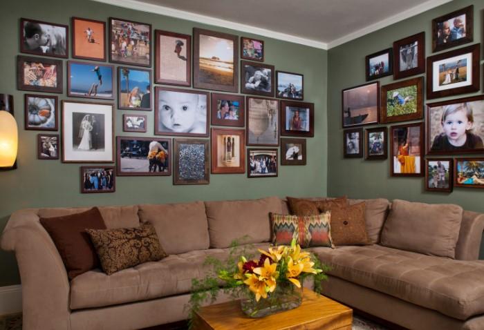 Старые фото и декоративные подушки сделают комнату уютнее и душевнее.
