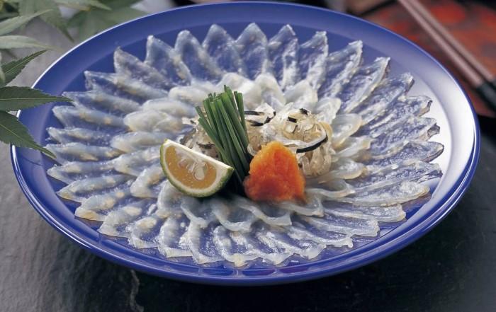 В Японии есть специализированные рестораны, где по строжайшей технологии готовят фугу / Фото: i.pinimg.com
