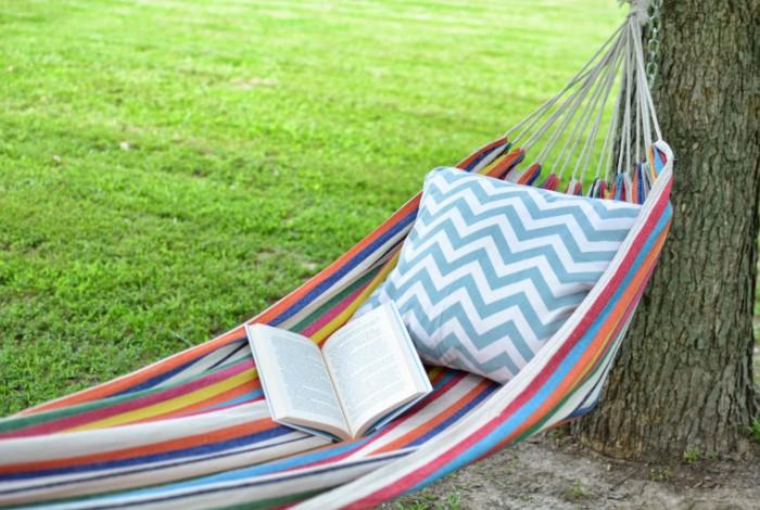 Выбирайте гамак из плотного и пропускающего воздух материала / Фото: hngideas.com
