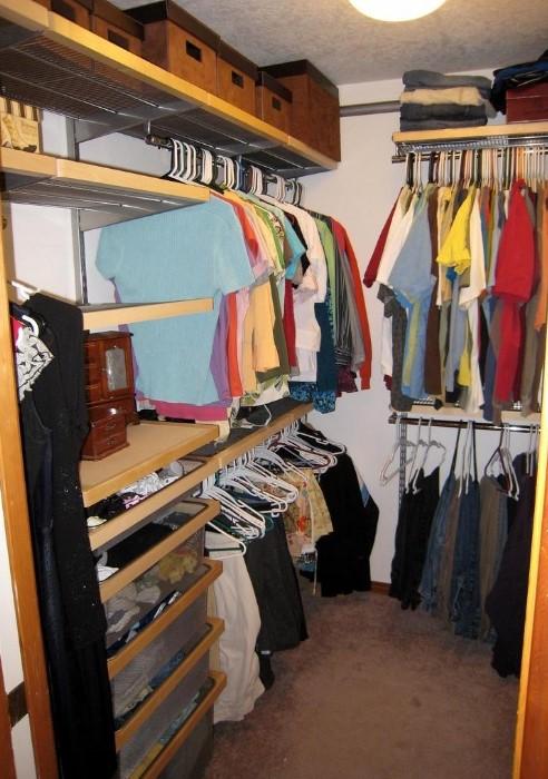 В гардеробной должны быть плечики, ящики, полочки, коробочки / Фото: homeli.ru