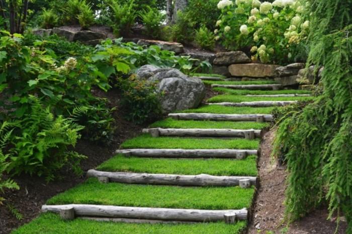 Края ступеней можно выложить каменистыми материалами или древесиной / Фото: uutvdome.ru