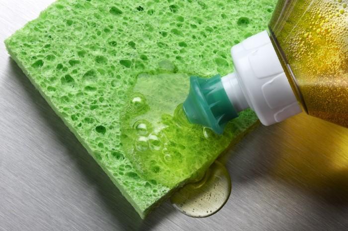 Жидкость для мытья посуды сдержит компоненты, которые расщепляют жиры / Фото: serviceplusnow.com
