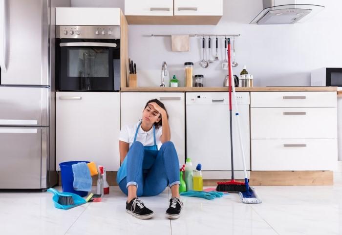 Выбрасывайте ненужный хлам из кухонных шкафов хотя бы несколько раз в год / Фото: cdn.healthiguide.com