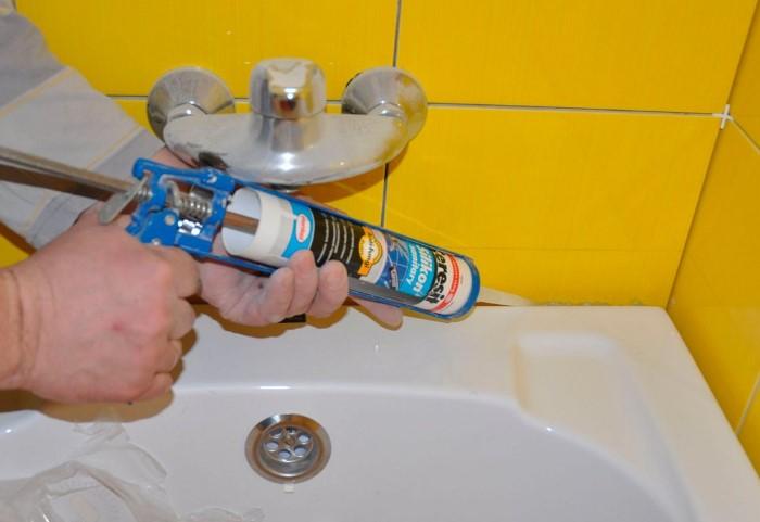 Обработайте герметиком все стыки и щели в ванной / Фото: allbuild.pp.ua