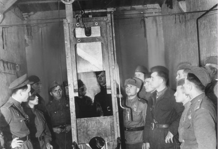 Советские солдаты рядом с немецкой гильотиной/ Фото: test.waralbum.ru
