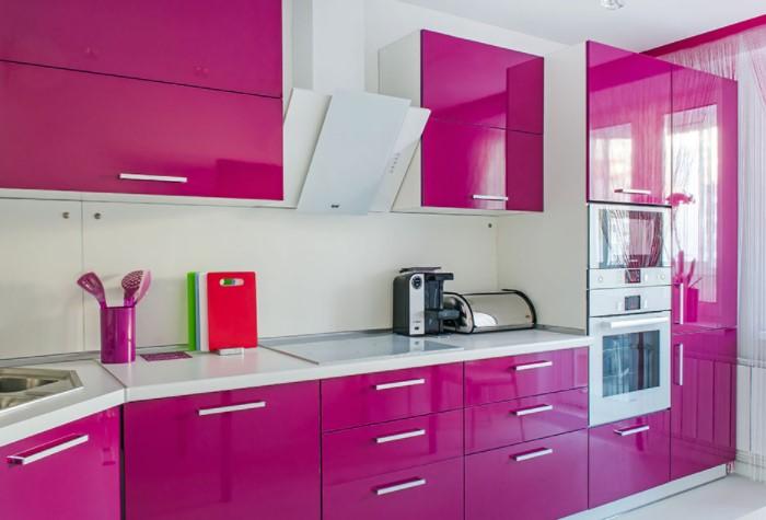 Если хочется, чтобы мебель стала акцентом и привлекала внимание, выбирайте лакированные поверхности / Фото: kitchensinteriors.ru