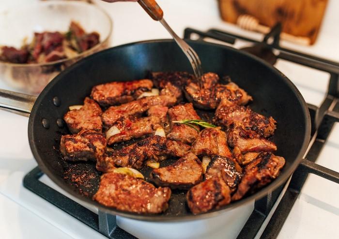 Даже из слегка пахнущего мяса может получиться вкусное блюдо / Фото: viramaina.ru