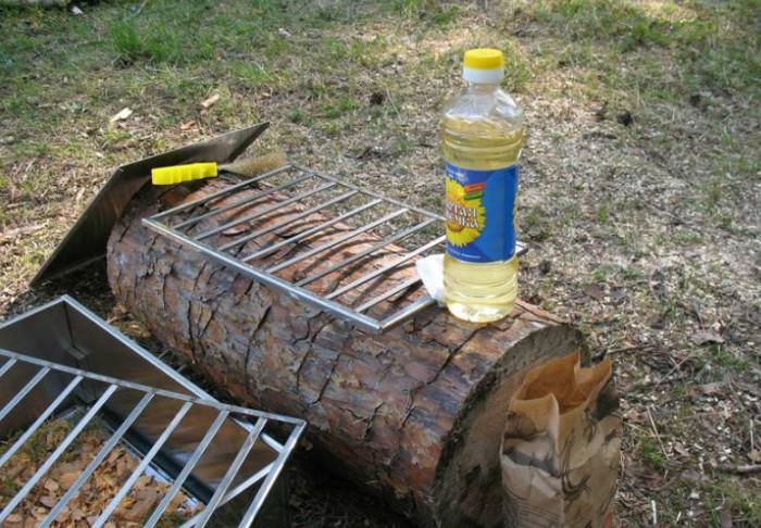 Перед готовкой смажьте решетку растительным маслом, чтобы мясо и овощи не прилипали / Фото: sdelai-lestnicu.ru