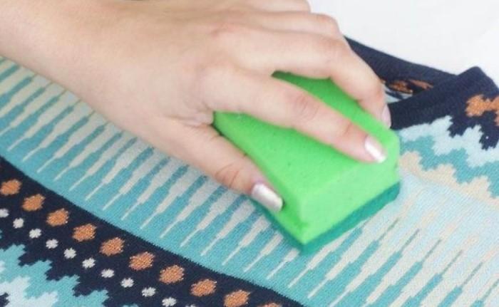 Можно использовать металлическую мочалку или жесткую сторону поролоновой губки / Фото: severdv.ru