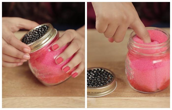 При помощи губки легко стереть маникюр с блестками