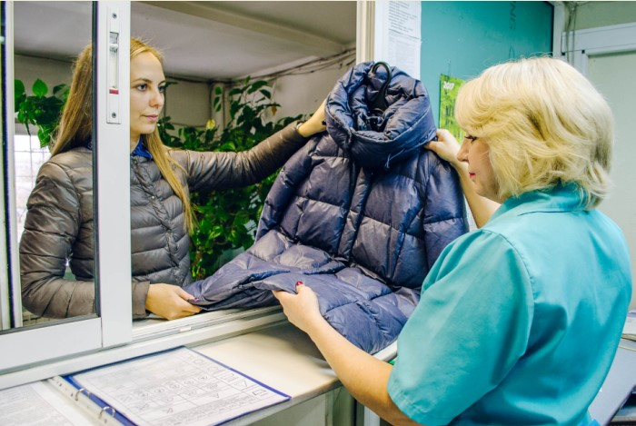Внимательно изучайте этикетку, чтобы определить: стирать вручную или нести в химчистку / Фото: mabon.ru