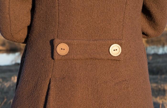 Сегодня хлястик используется в качестве декора мужских и женских изделий / Фото: burdastyle.ru
