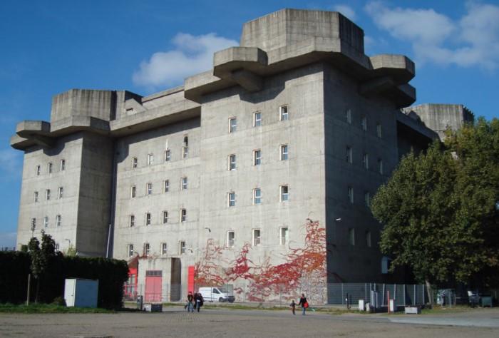 Сегодня здание используется в гражданских целях: там есть клубы, бары, магазины и даже гостиница / Фото: tracesofwar.com