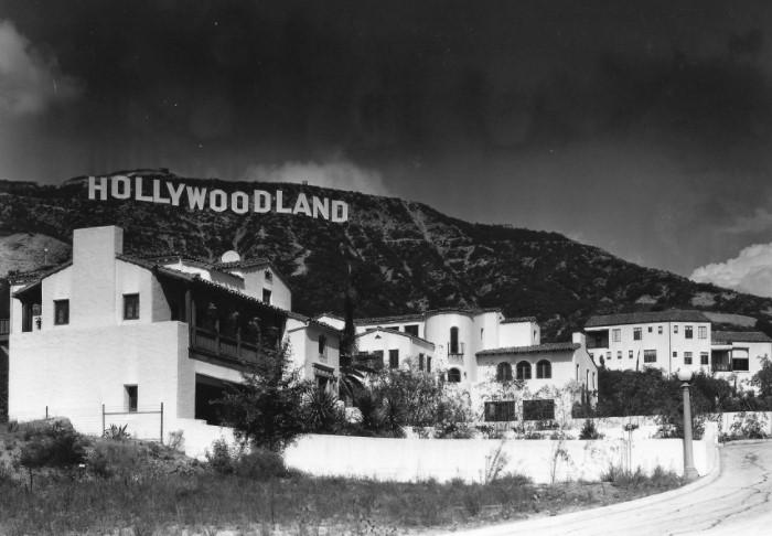 Изначально надпись на горе Маунт-Ли была рекламной кампанией жилья в квартале Голливуд - «HOLLYWOODLAND» / Фото: i.kym-cdn.com