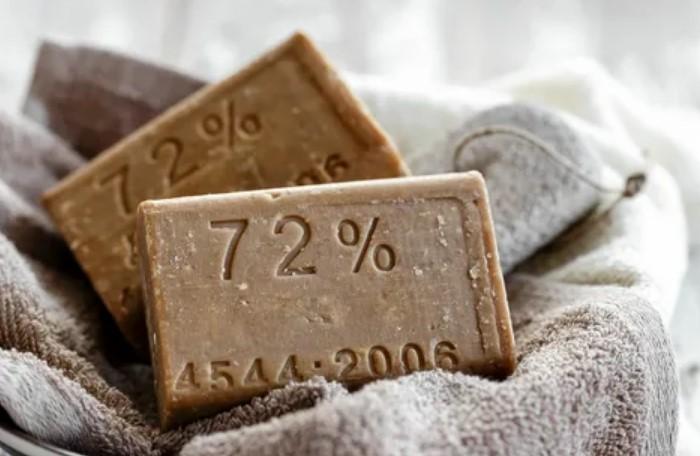 Хозяйственное мыло подойдет для деликатных тканей / Фото: subscribe.ru