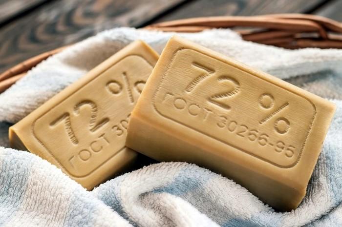 Хозяйственное мыло поможет аккуратно удалить загрязнения / Фото: a.allegroimg.com