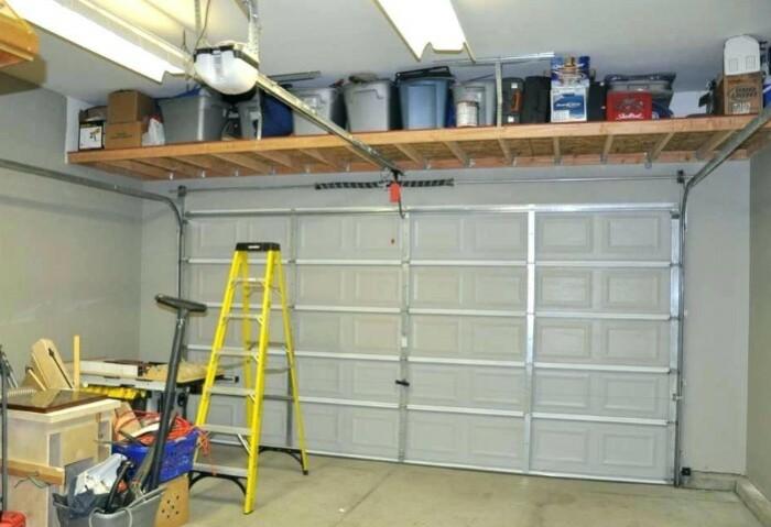 Стеллажи и полки подходят даже для крупных вещей, если установить их в подвале или гараже / Фото: rcs-carolinas.com