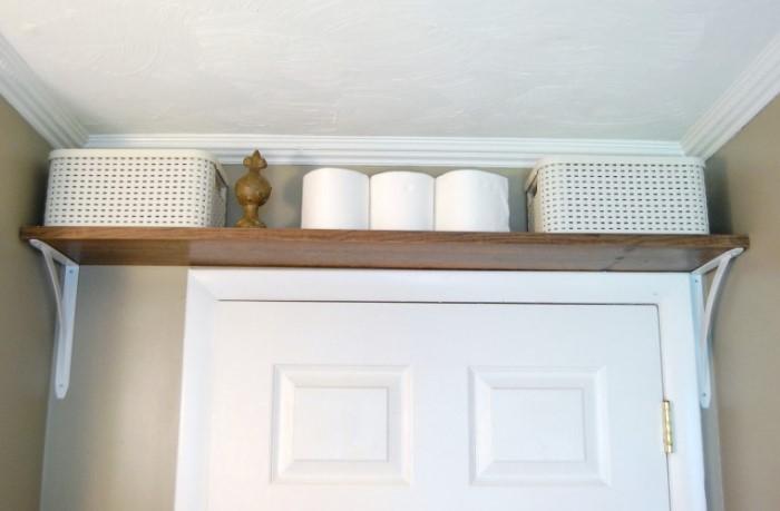 Кроме стандартных шкафов и полок обустройте подпотолочную систему хранения и освободите место