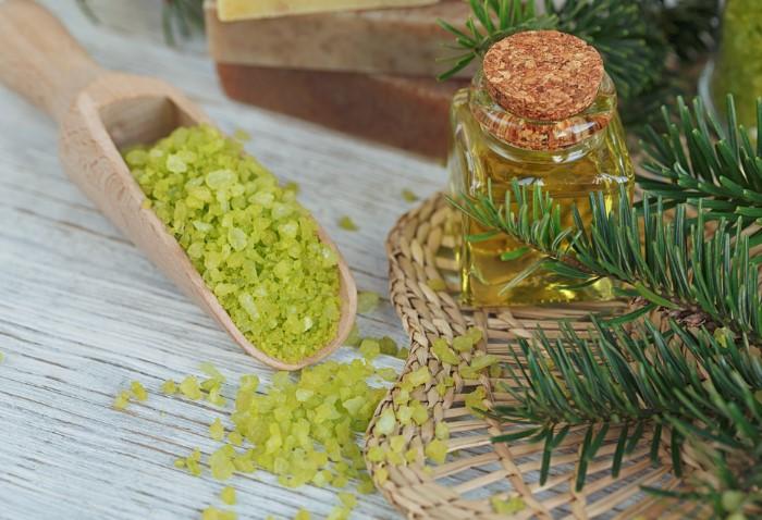 Ванна с хвойными иголками и морской солью поможет оздоровиться и расслабиться / Фото: medprostatit.ru