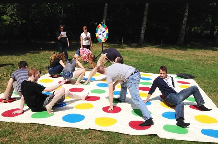 Активные игры - отличное дополнение коллективного отдыха / Фото: sportsvit.com.ua