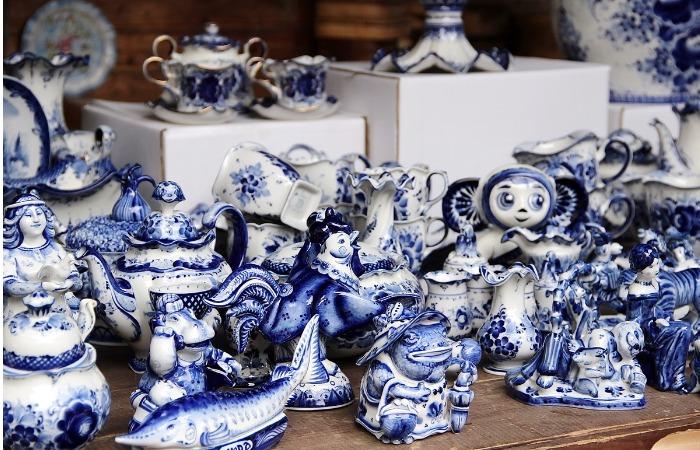 С гжельной росписью получаются красивые игрушки в форме животных и птиц / Фото: cdn.fishki.net