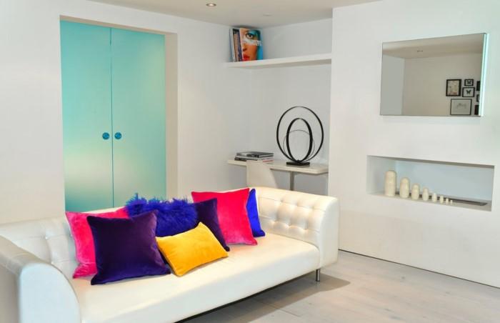 Несколько цветных подушек в монохромном интерьере - отличный вариант / Фото: mykaleidoscope.ru