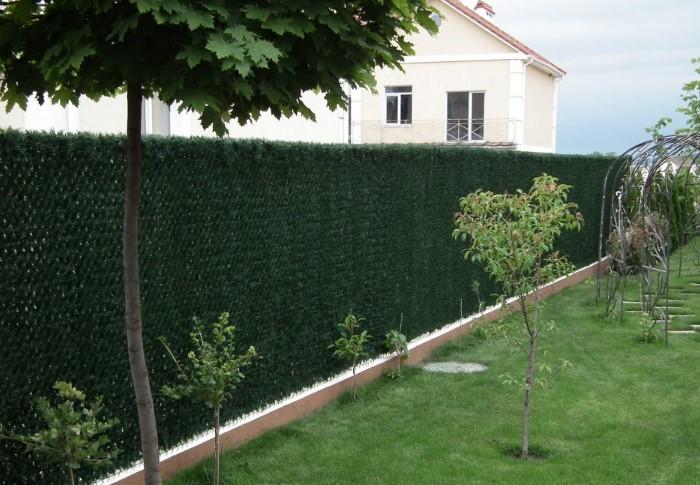 Если не хочется долго ждать, пока вырастут цветы, воспользуйтесь рулонным зеленым ограждением / Фото: folksland.net