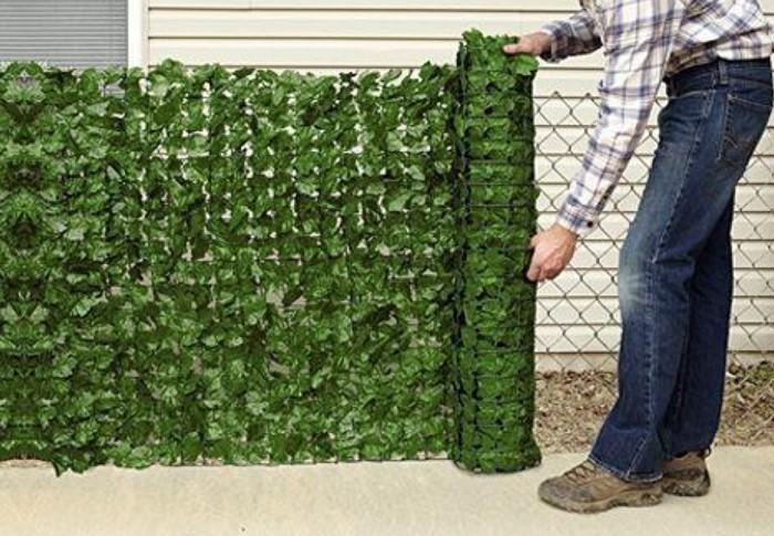 Можно выбрать камуфляжную или затеняющую сетку, искусственную хвоя или зелень, маты из тростника или камыша  / Фото: i5.walmartimages.com