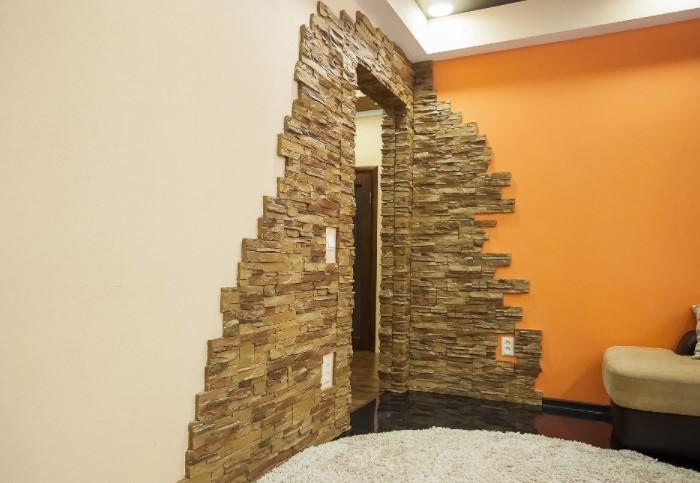 Искусственный камень уберегает дверной проем от изнашивания / Фото: zikkurat-stone.ru