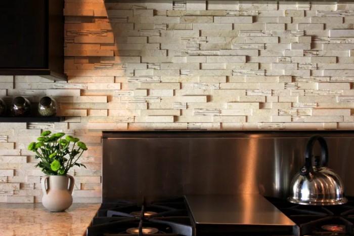 Белый глянцевый камень подойдет для светлого интерьера, а натуральные оттенки добавят комнате уюта / Фото: i2.wp.com