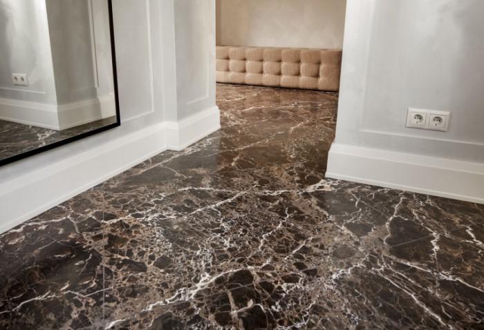 Для напольного покрытия в прихожей, гостиной или ванной используют гладкий глянцевый мрамор / Фото: veneziastone.com