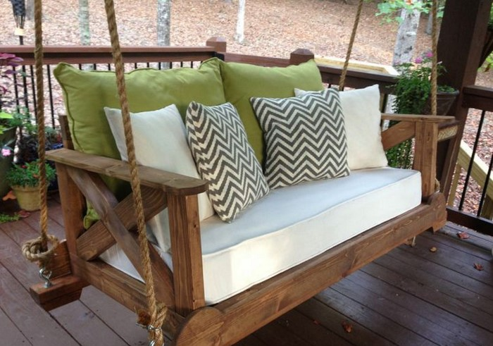 Дополнительно можно украсить качели подушками / Фото: thepromenadepondicherry.com